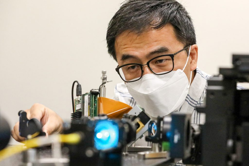 Professor Kyu Young Han in his lab